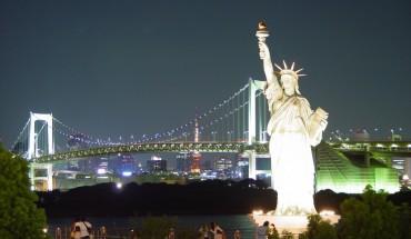 Quang cảnh Tượng Nữ Thần Tự Do và thành phố NewYork vào ban đêm.