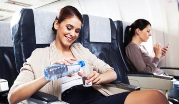 Để đảm bảo cho cơ thể không bị suy yếu khi đi máy bay bạn cần bù nước và bổ sung đầy đủ dinh dưỡng cho cơ thể