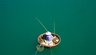 Câu cá trên đầm Lập An cùng với những người dân địa phương